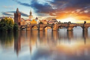 most Karola na tle zachodzącego Słońca