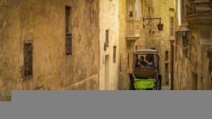 wąska uliczka w Mdinie