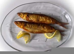 Talerz z wędzoną rybą