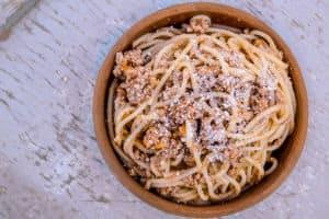 Włoski makaron spaghetti z sosem i serem