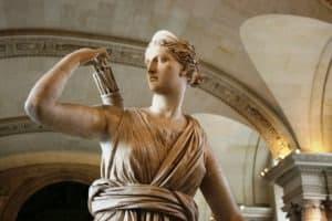 rzeźba Diany Łowczyni w Luwrze