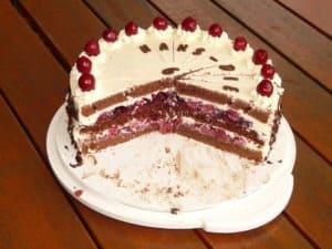 rozkrojony tort szwarcwaldzki