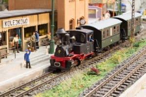 pociąg na miniaturowej stacji Kolejkowa