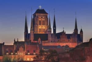 wieczorny widok na Bazylikę Mariacką w Gdańsku