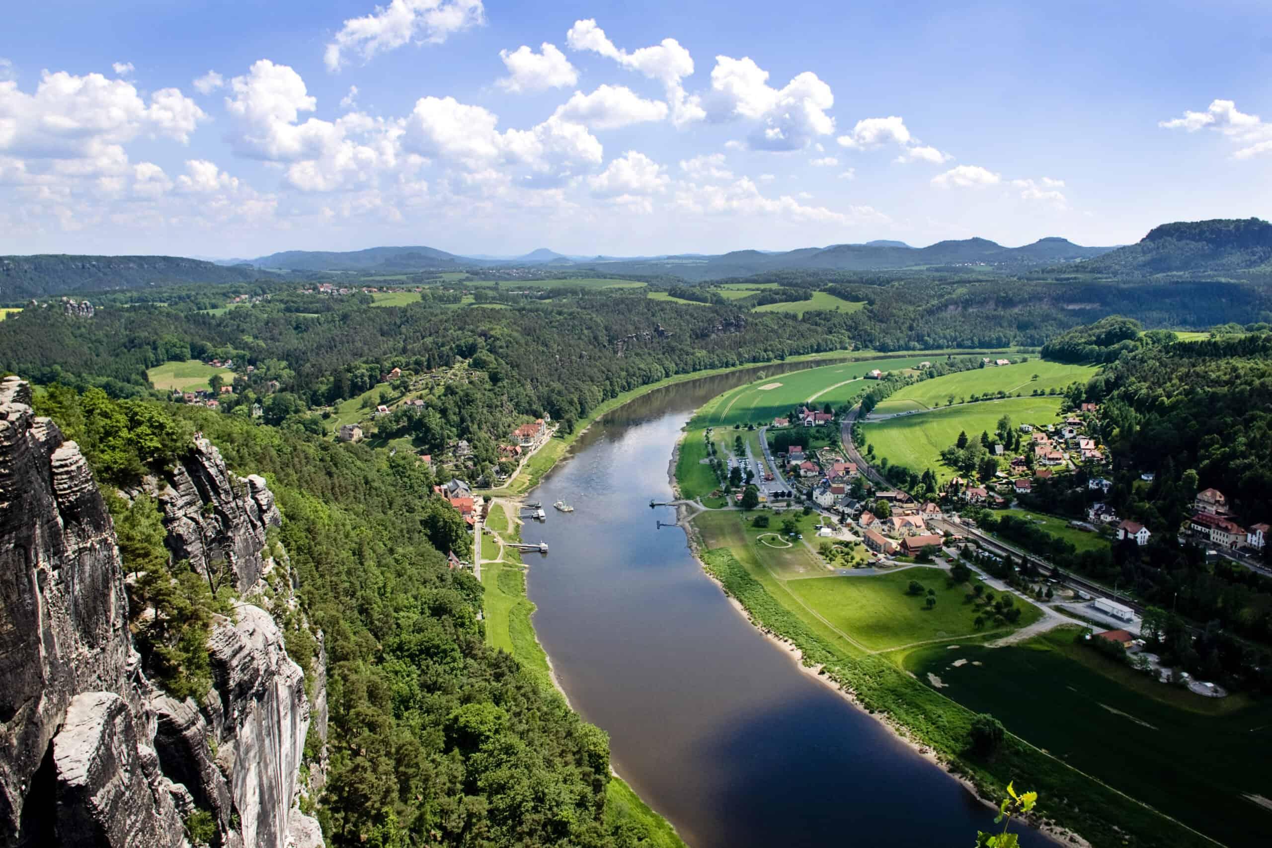 krajobraz Szwajcarii Saksońskiej z rzeką Łabą