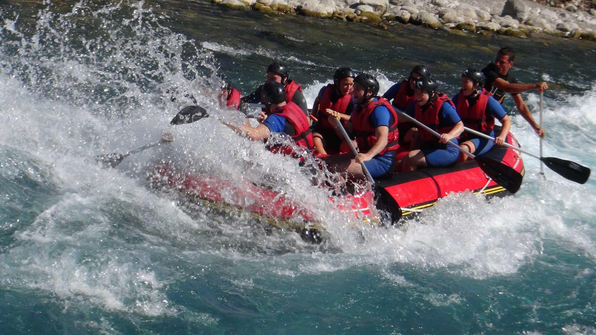 grupa ludzi w pontonie na wzburzonej rzece