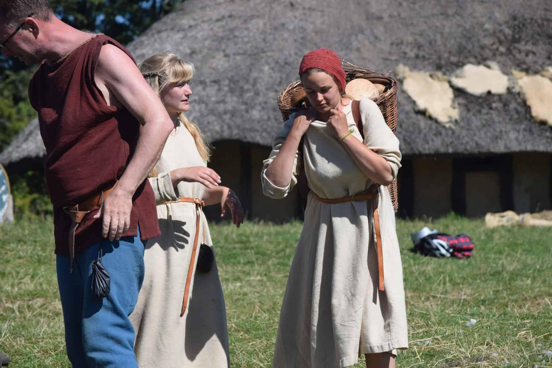 ludzie przebrani w stroje wikingów