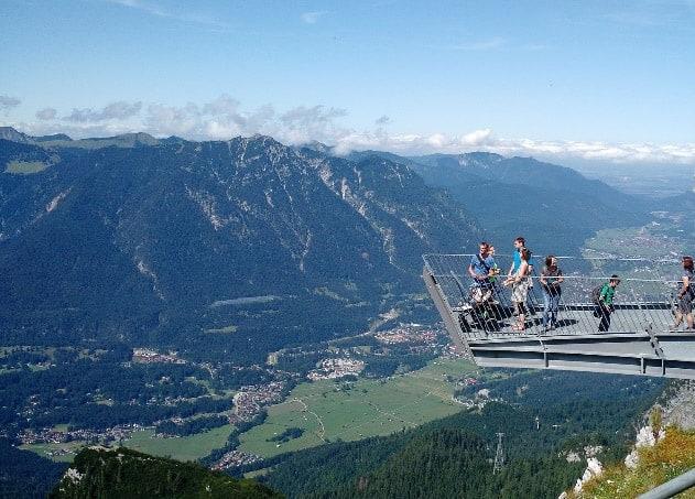 grupa turystów na platformie widokowej AlpspiX