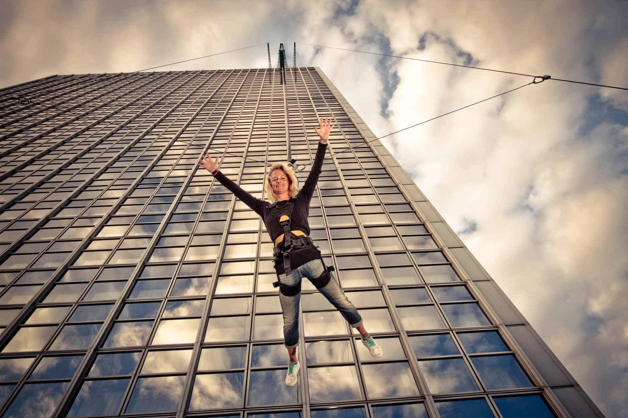 kobieta skacząca w uprzęży z wieżowca przy Alexanderplatz