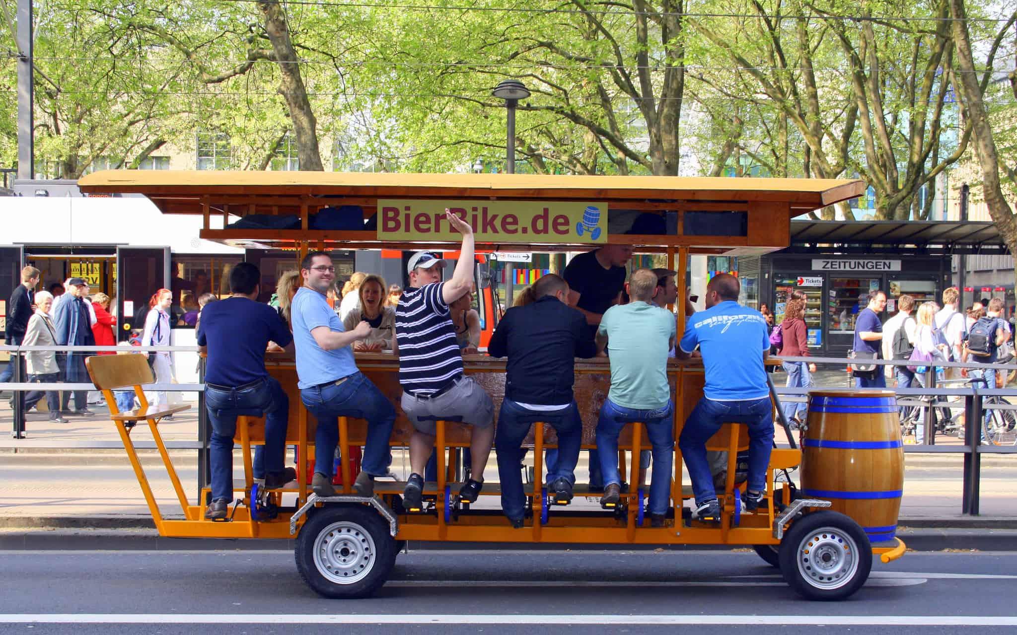 grupa turystów jadąca po Berlinie w beer bike'u