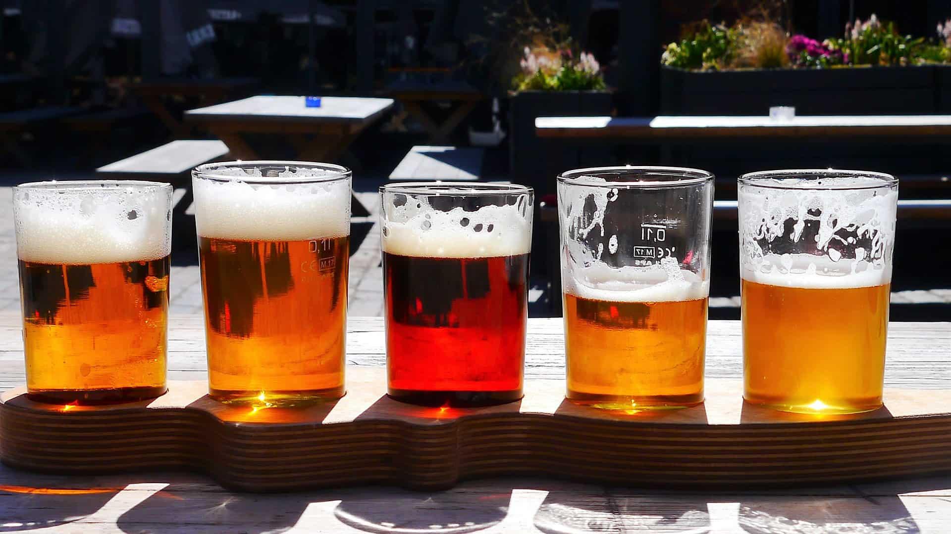pięć szklanek z piwem