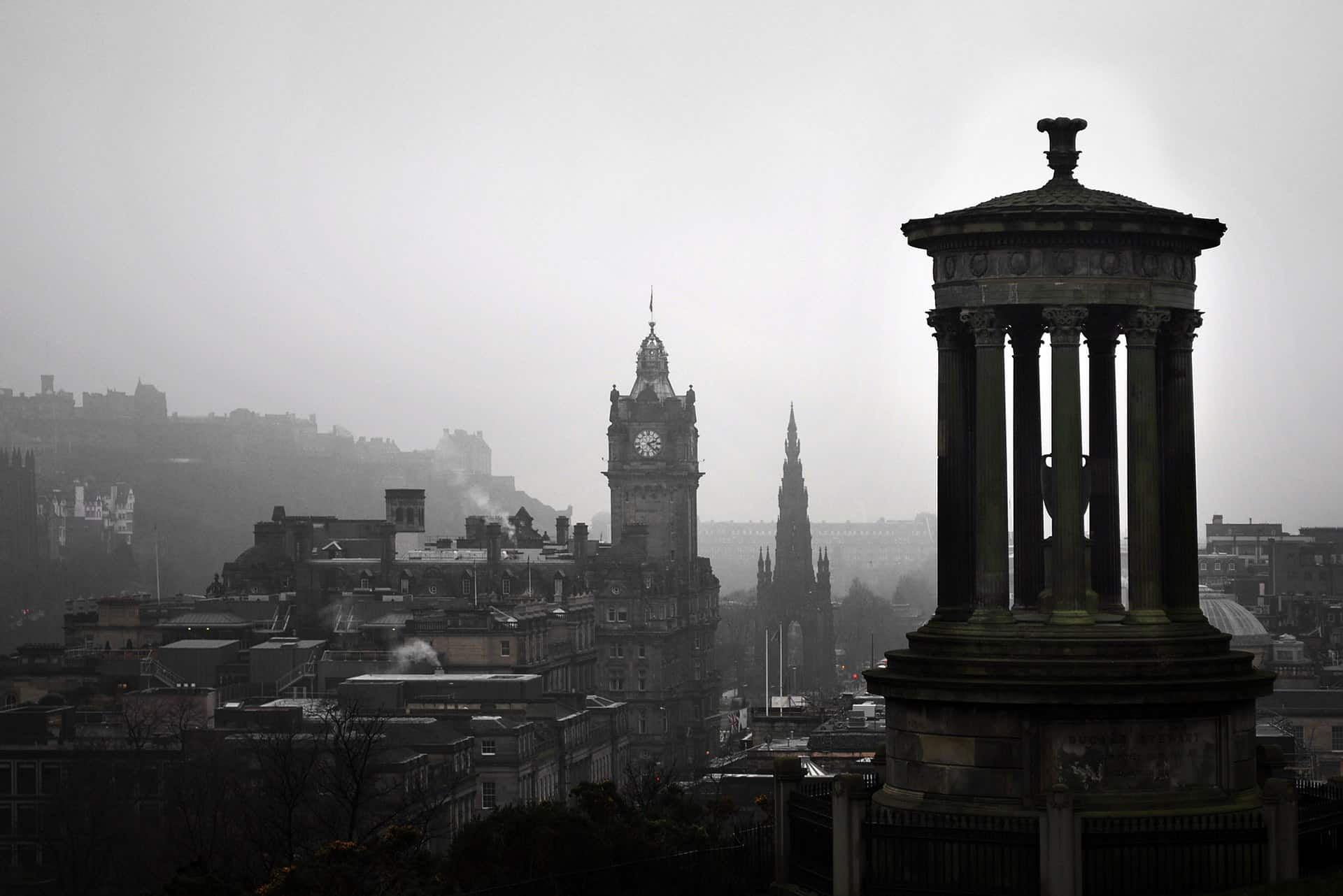czarno-białe zdjęcie owianego mgłą Edynburga