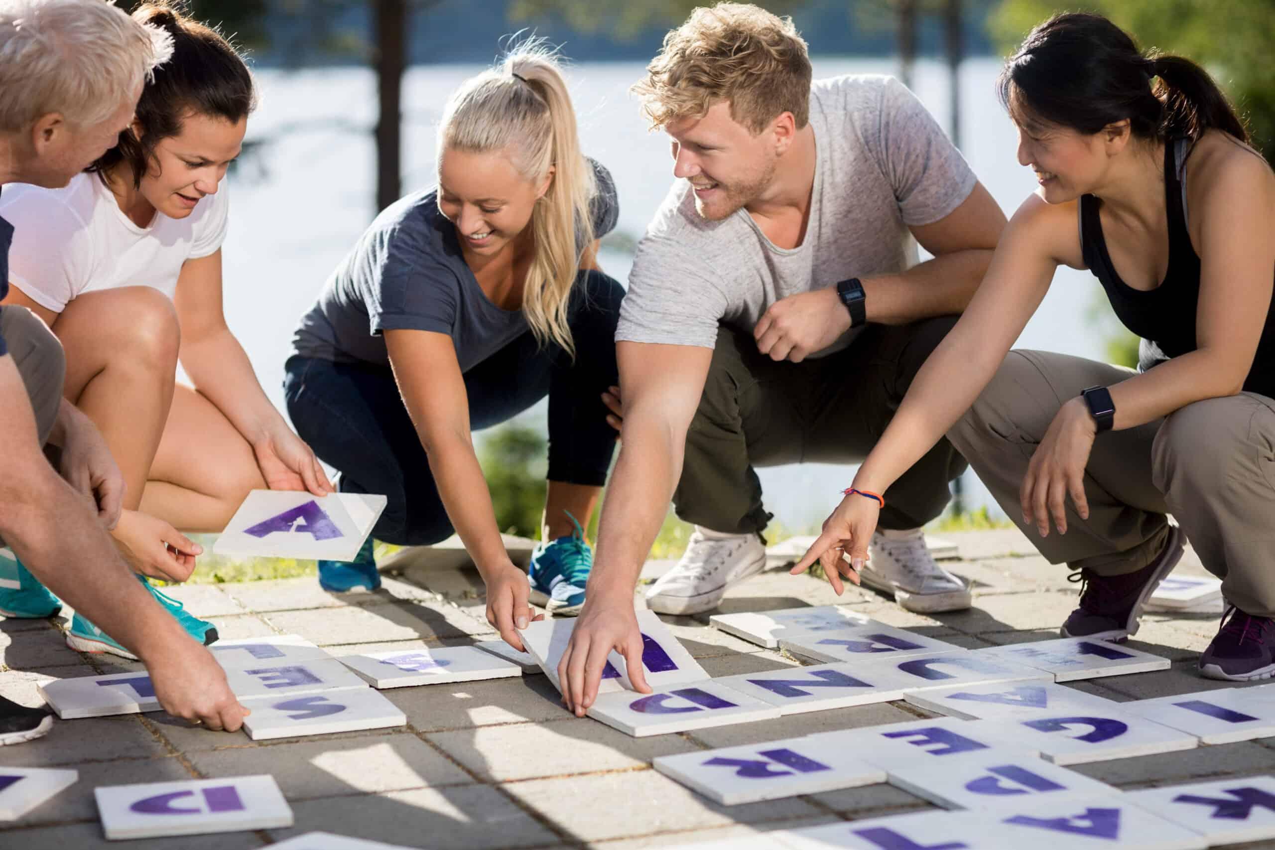 grupa osób układających hasła z liter