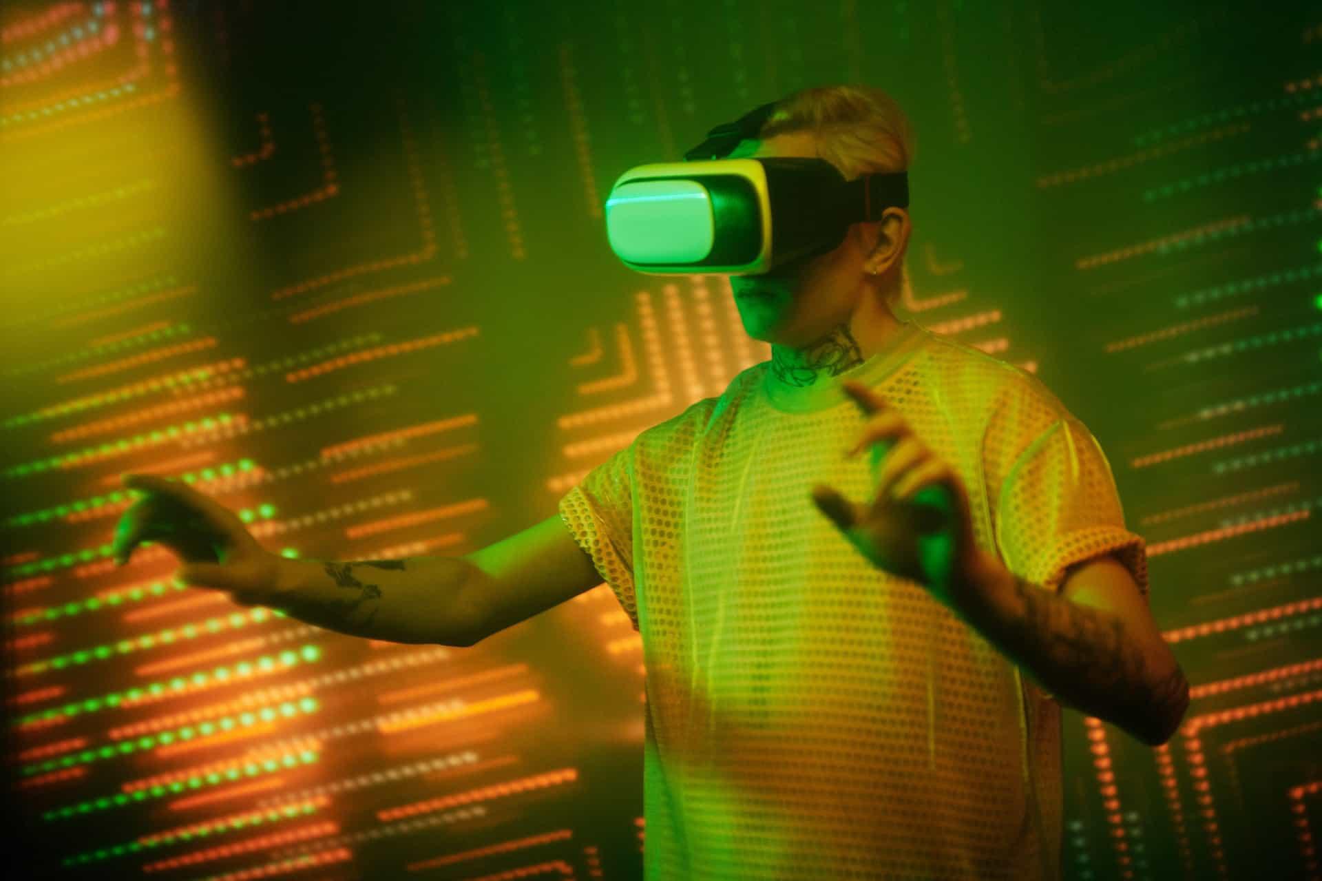 mężczyzna w futurystycznym otoczeniu w okularach vr