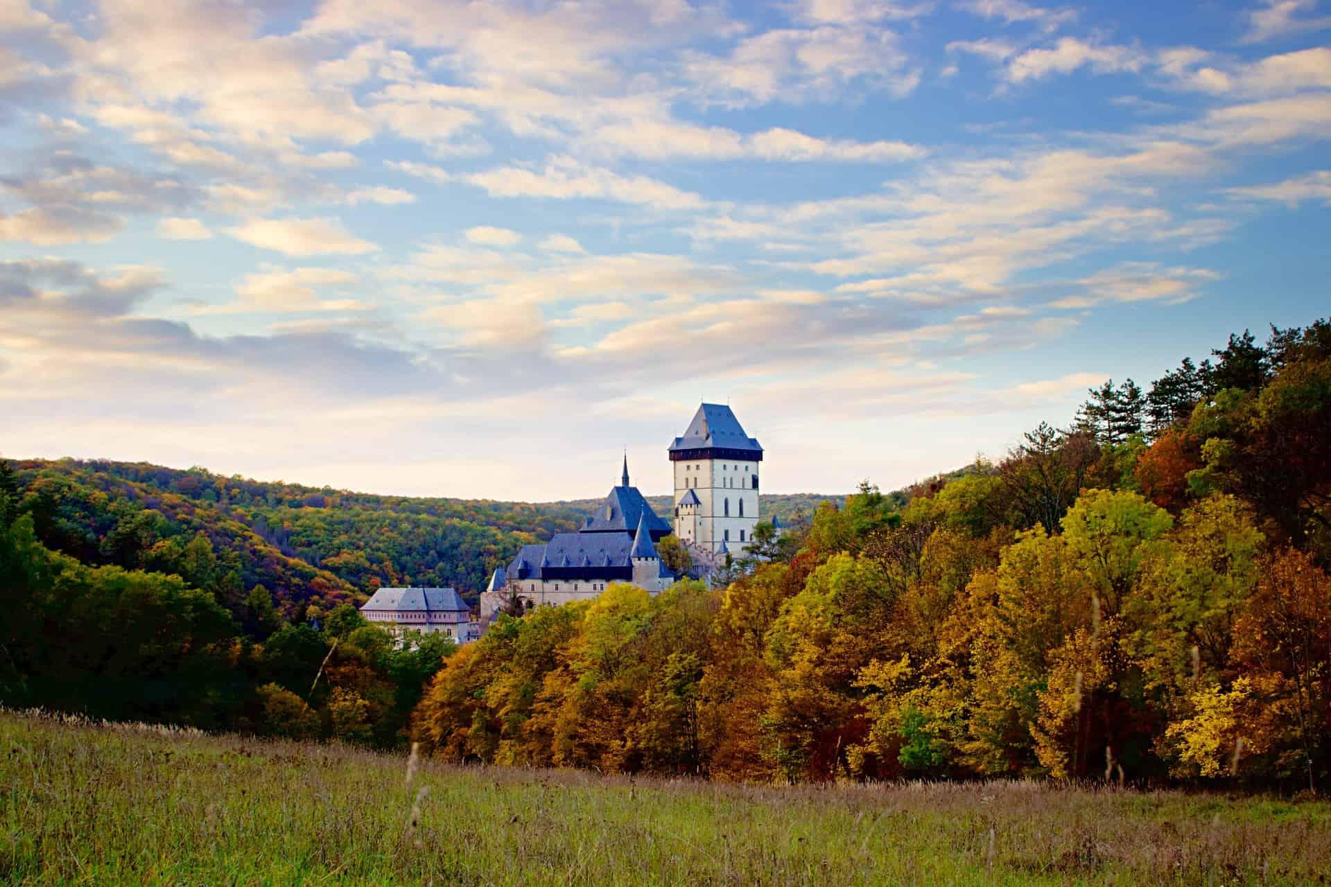 jesienny widok na zamek Karlstejn