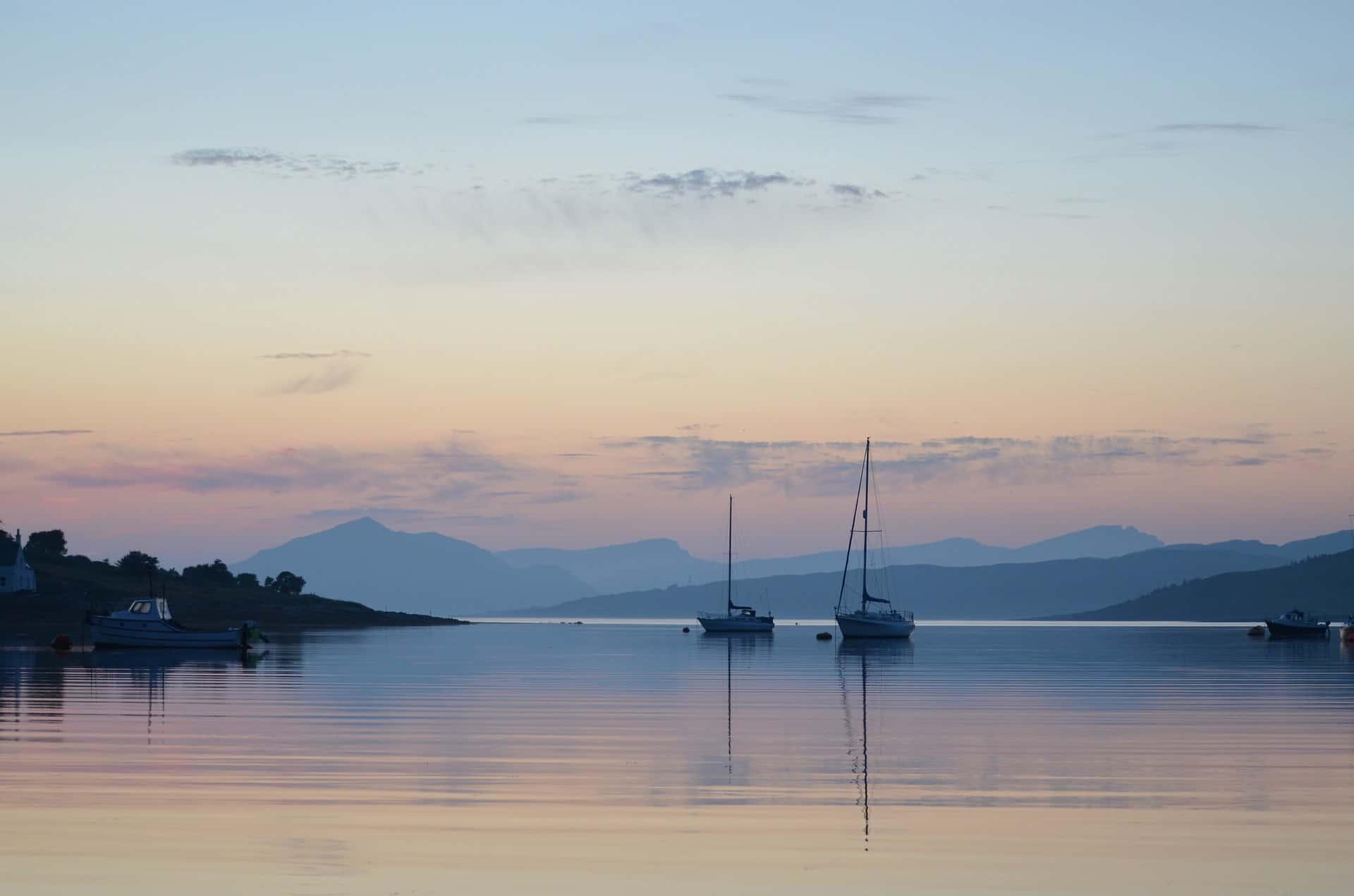 żaglówki na jeziorze Loch Ness o zachodzie słońca
