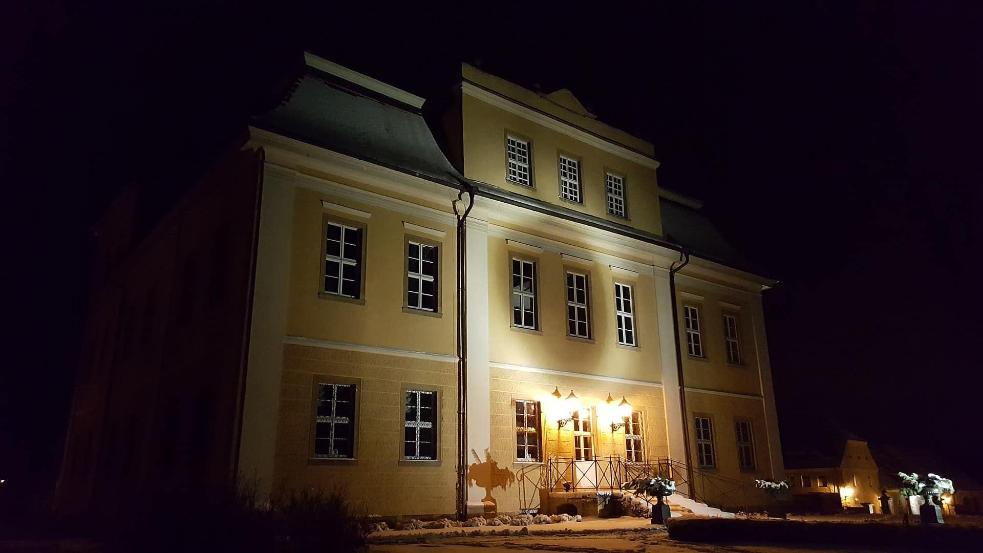 pałac w Łomnicy w świetle latarni