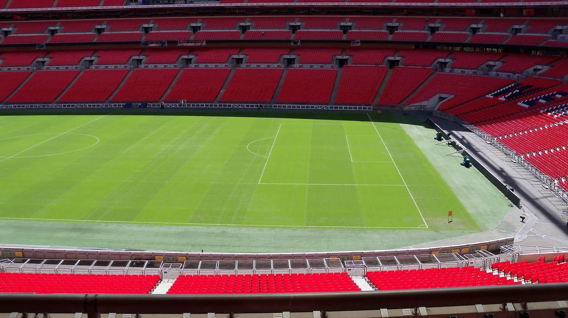 wnętrze pustego stadionu Wembley w Londynie