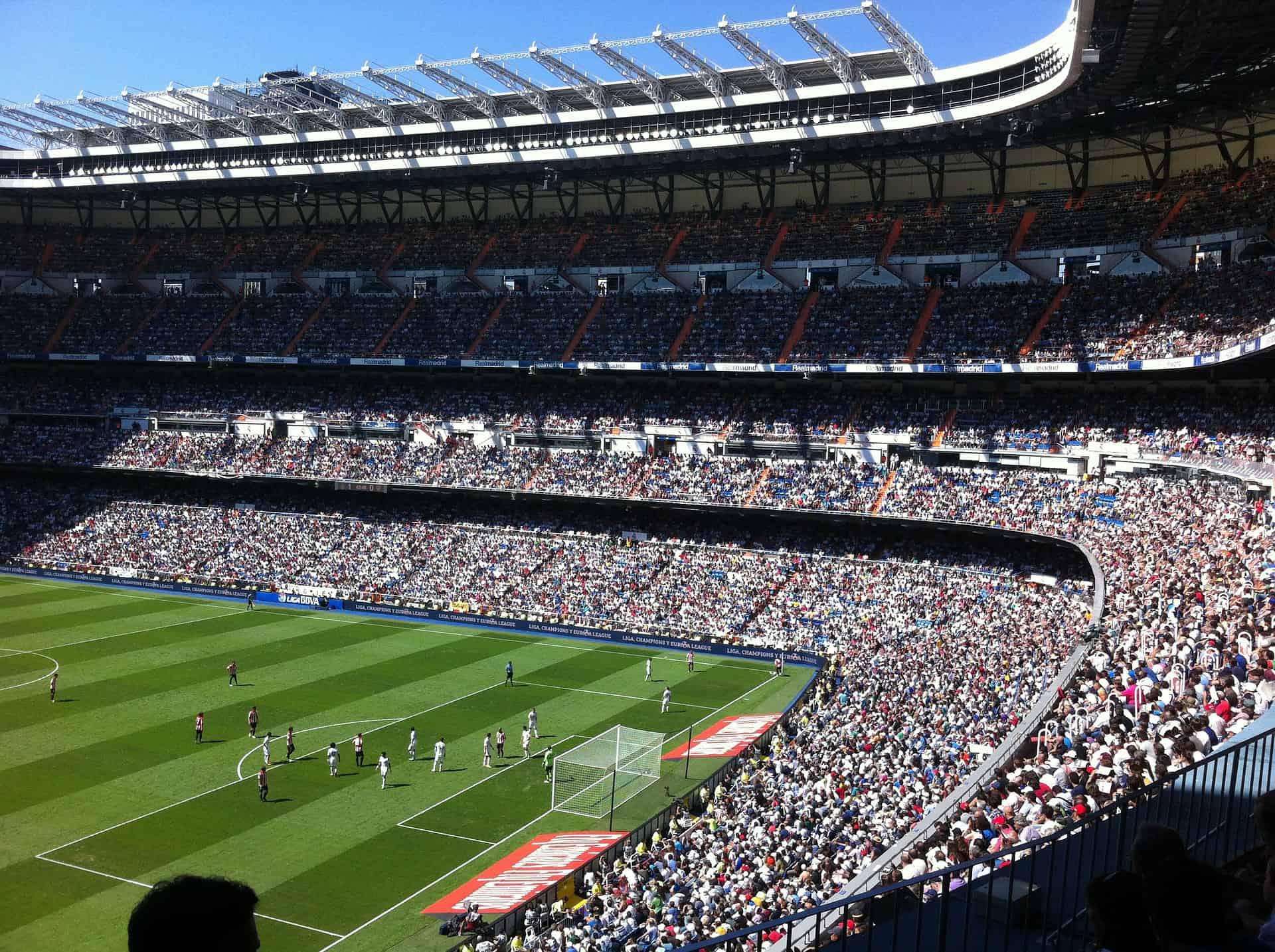 stadion Realu Madryt z zapełnioną widownią