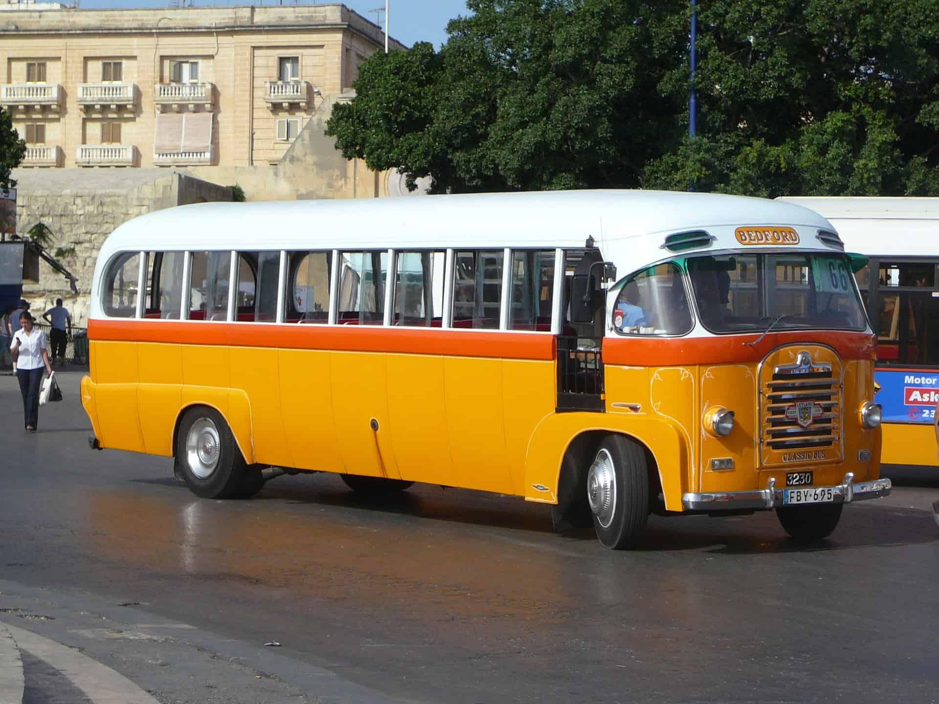 autobus z epoki na ulicach Malty