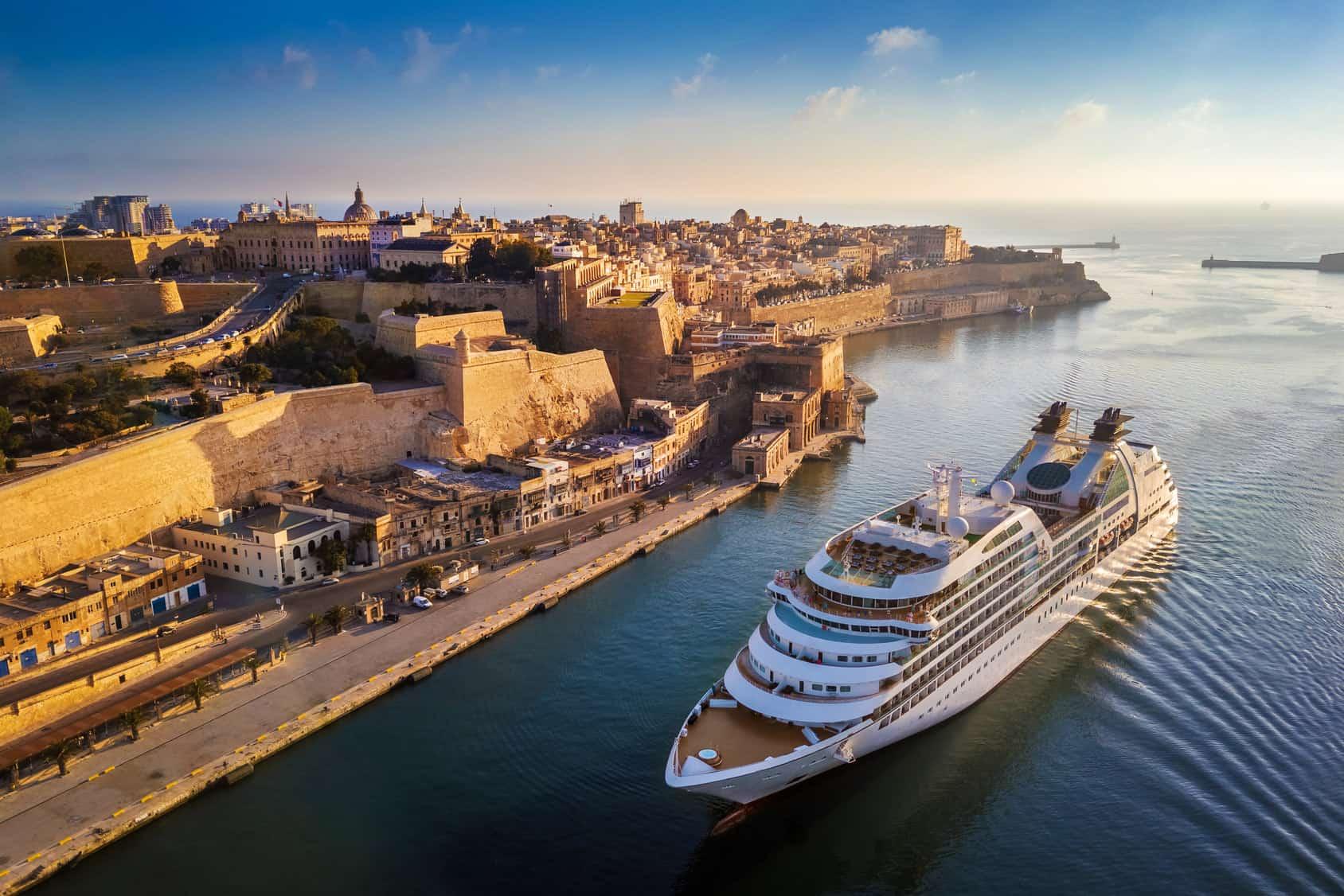 statek wycieczkowy płynący wzdłuż wybrzeża Malty