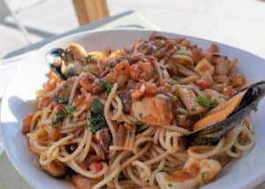 maltańskie danie z makaronem i owocami morza