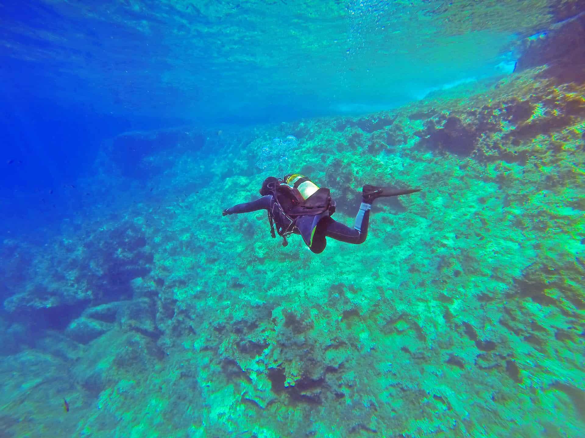 osoba nurkująca w lazurowym morzu