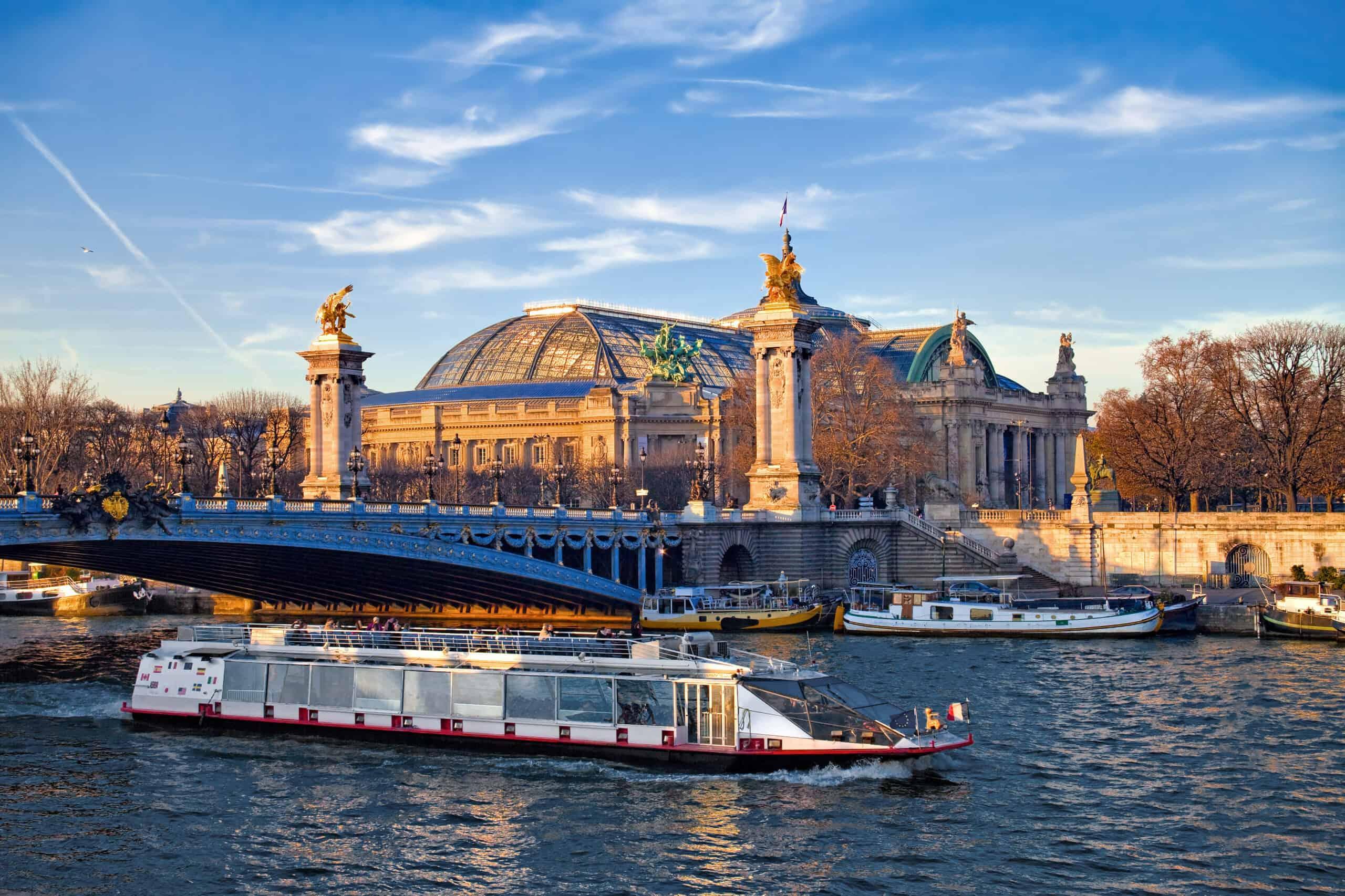 statek na Sekwanie przy moście Aleksandra III