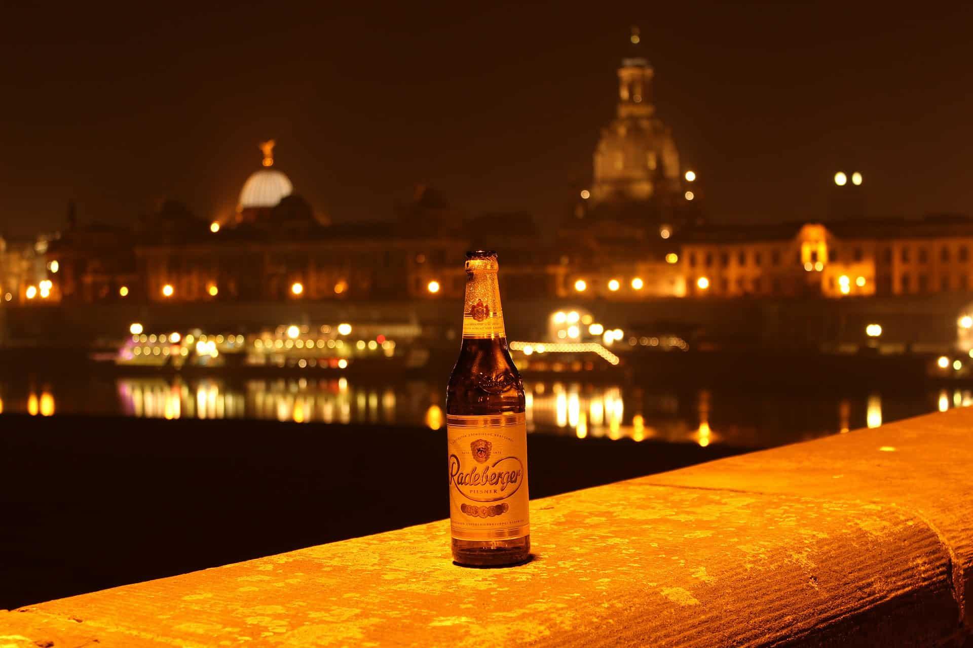 butelka piwa Radeberger z Dreznem w tle