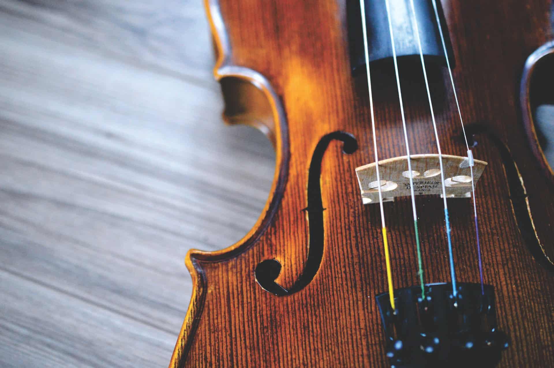 zbliżenie na położone na stole skrzypce