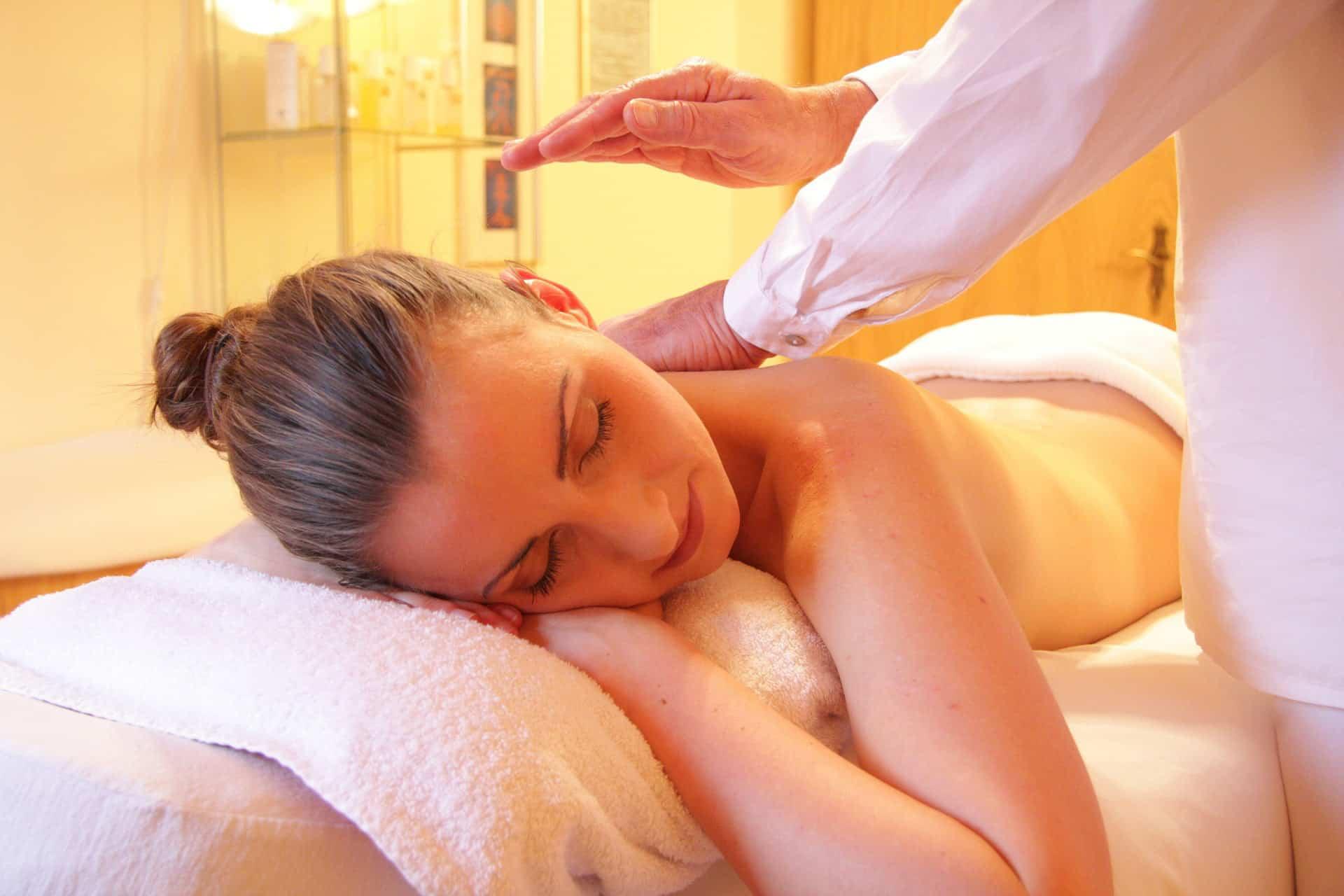 młoda kobieta na stole na masażu