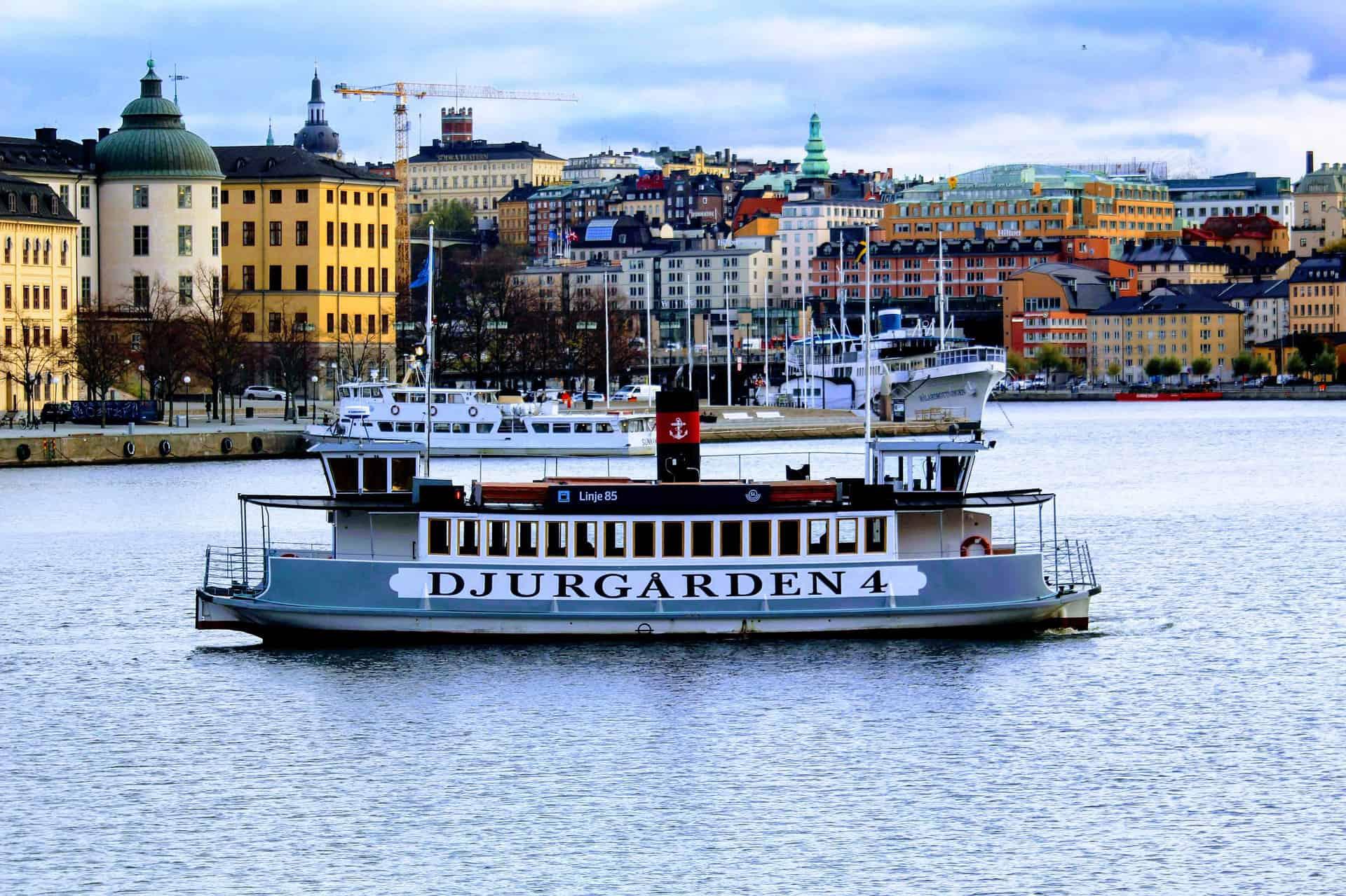 statek wycieczkowy płynący wzdłuż jednej z wysp w Sztokholmie