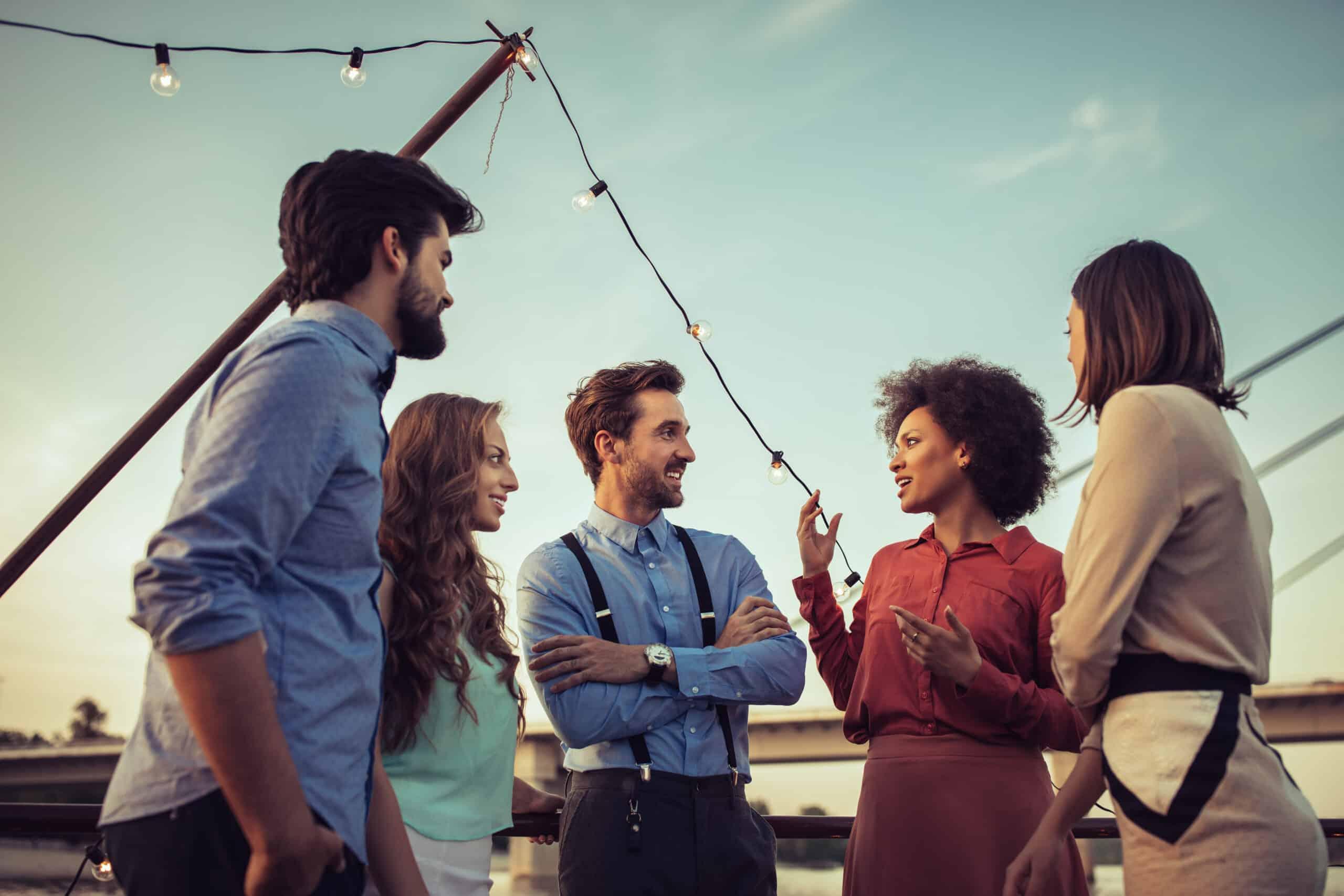 grupa pracowników integrujących się na statku