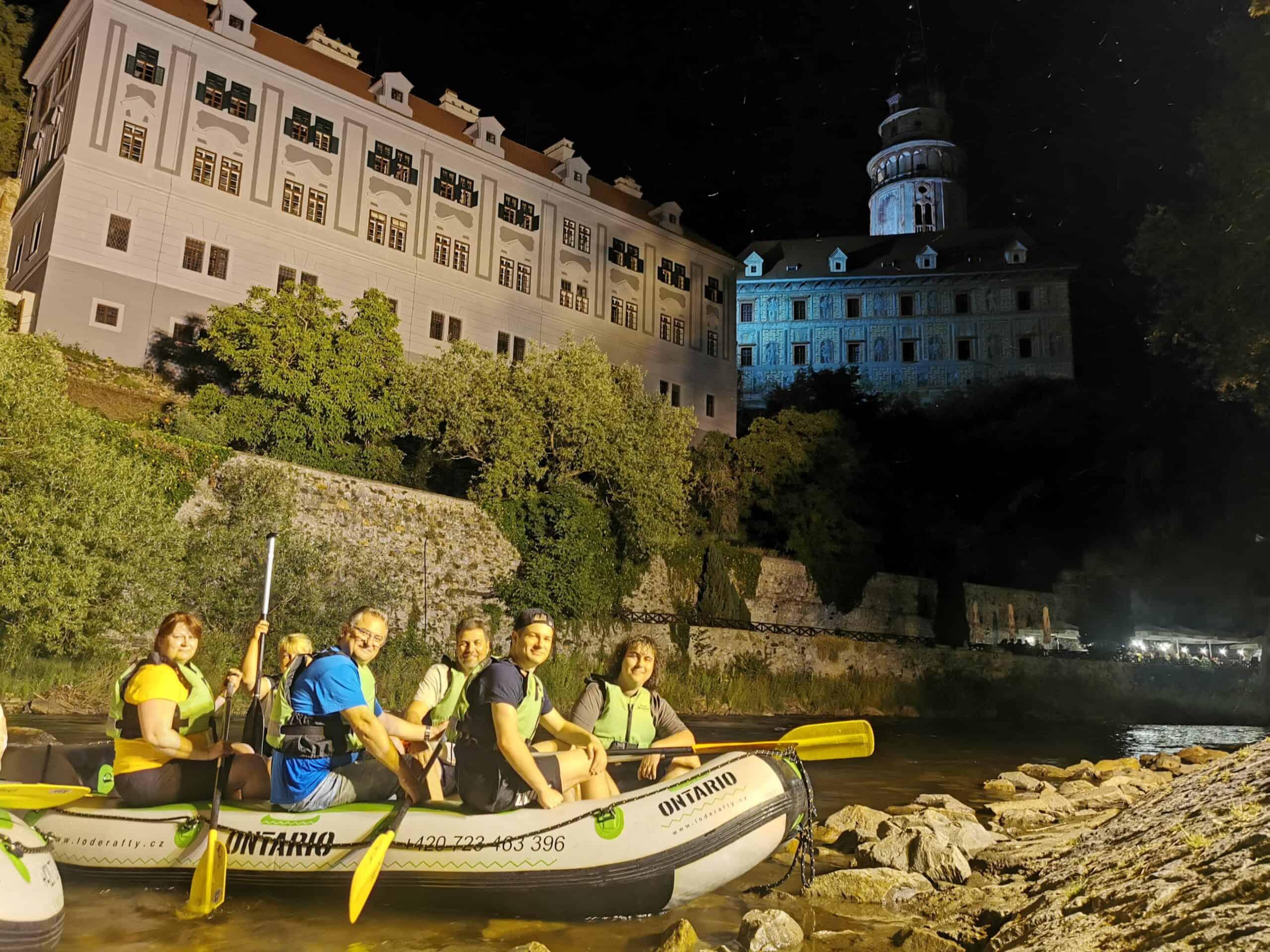 grupa turystów w pontonie z Czeskim Krumlovem w tle