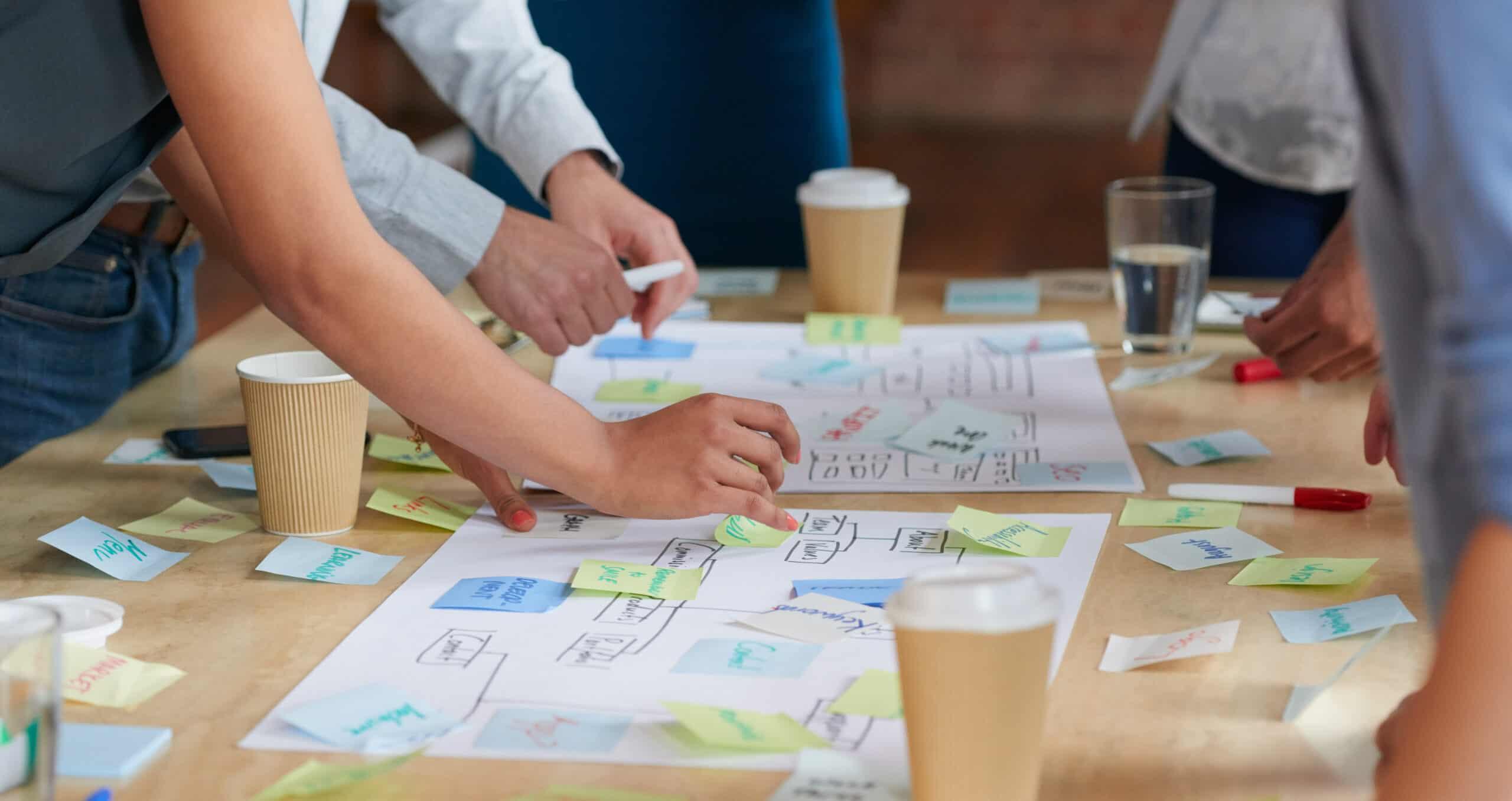 grupa ludzi planujących projekt