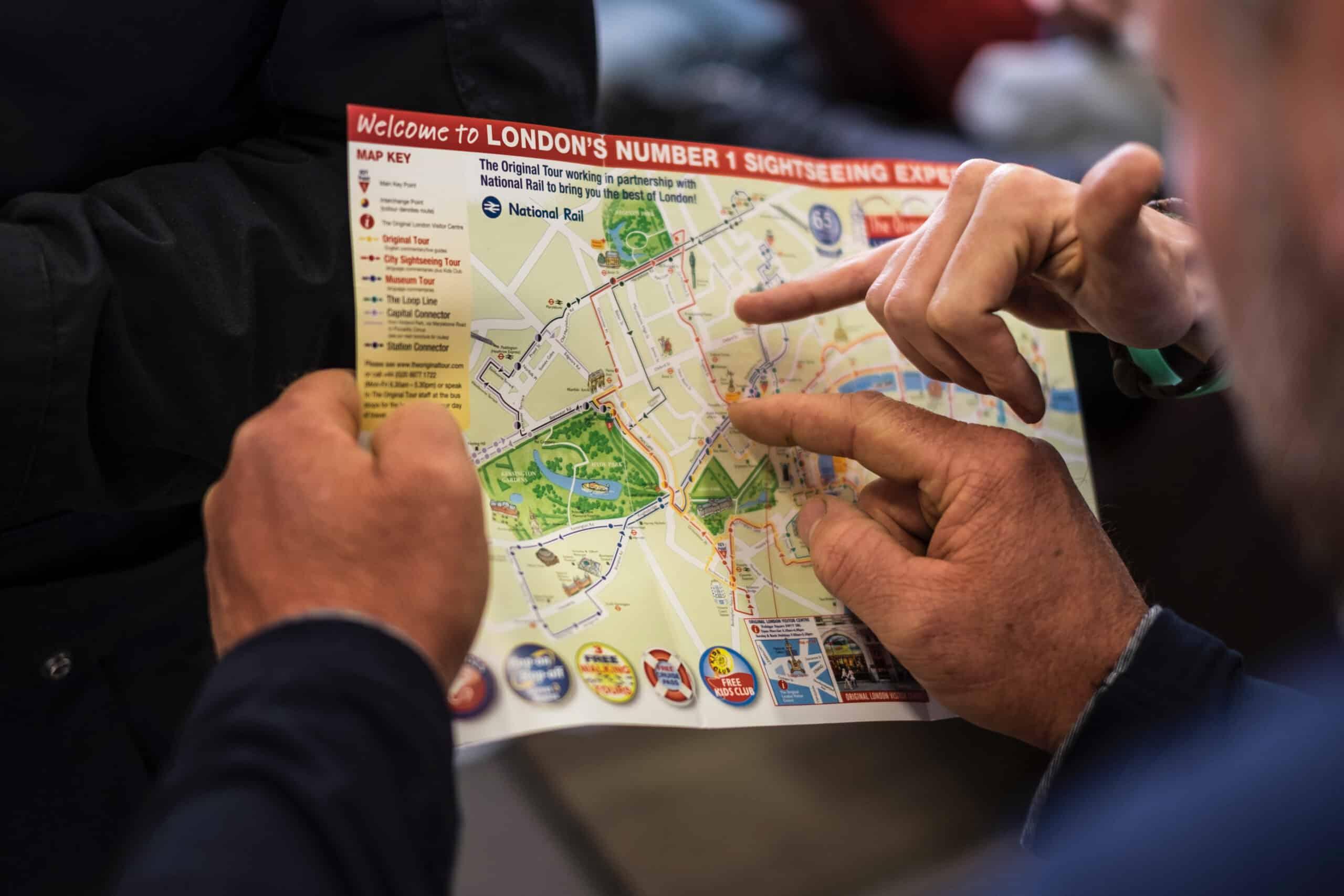 dwie osoby szukające punktów na planie centrum Londynu