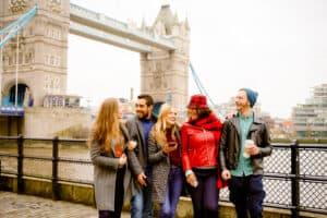 turyści zwiedzający okolicę Tower Bridge w Londynie