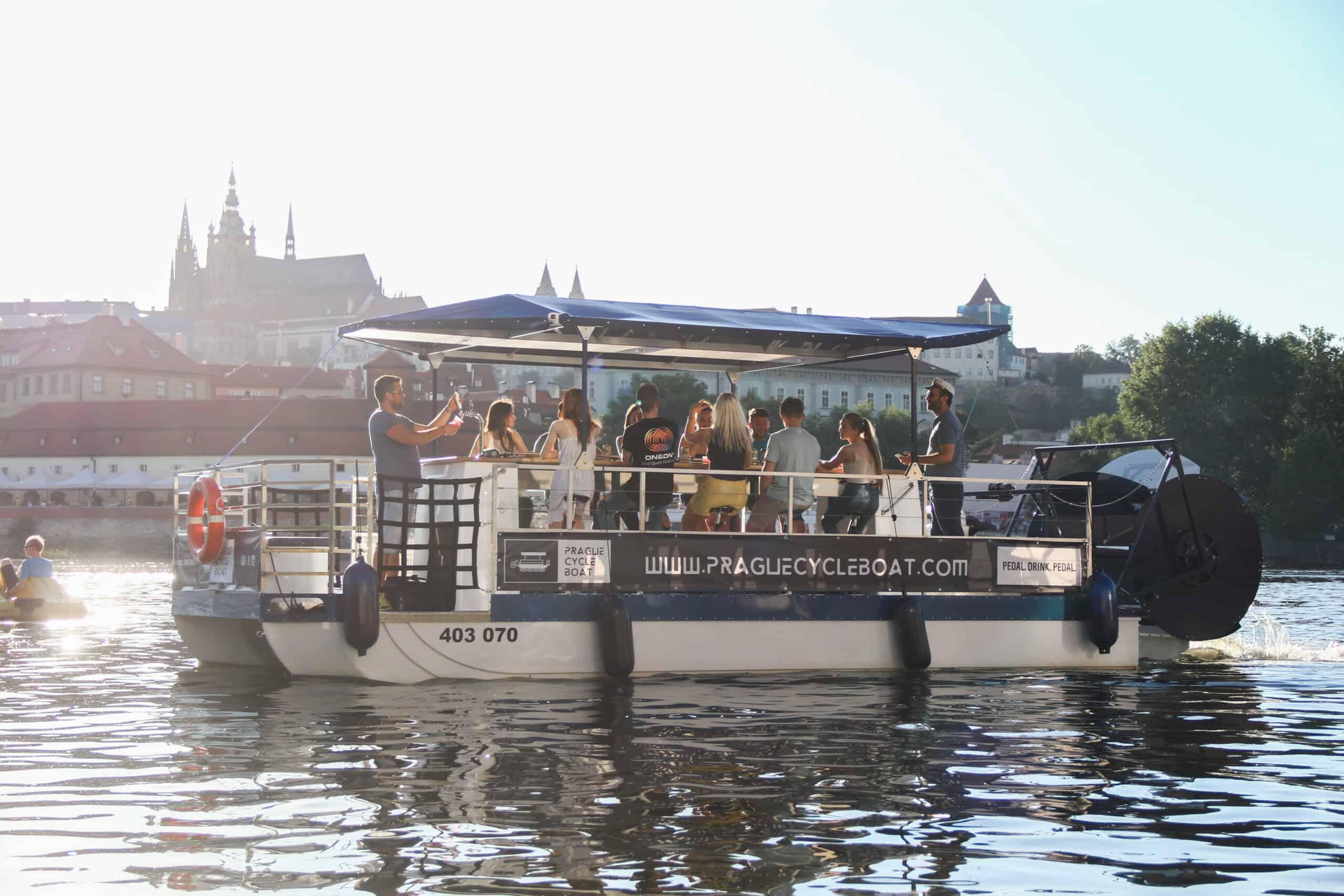 łódź napędzana pedałami z Hradczanami w tle