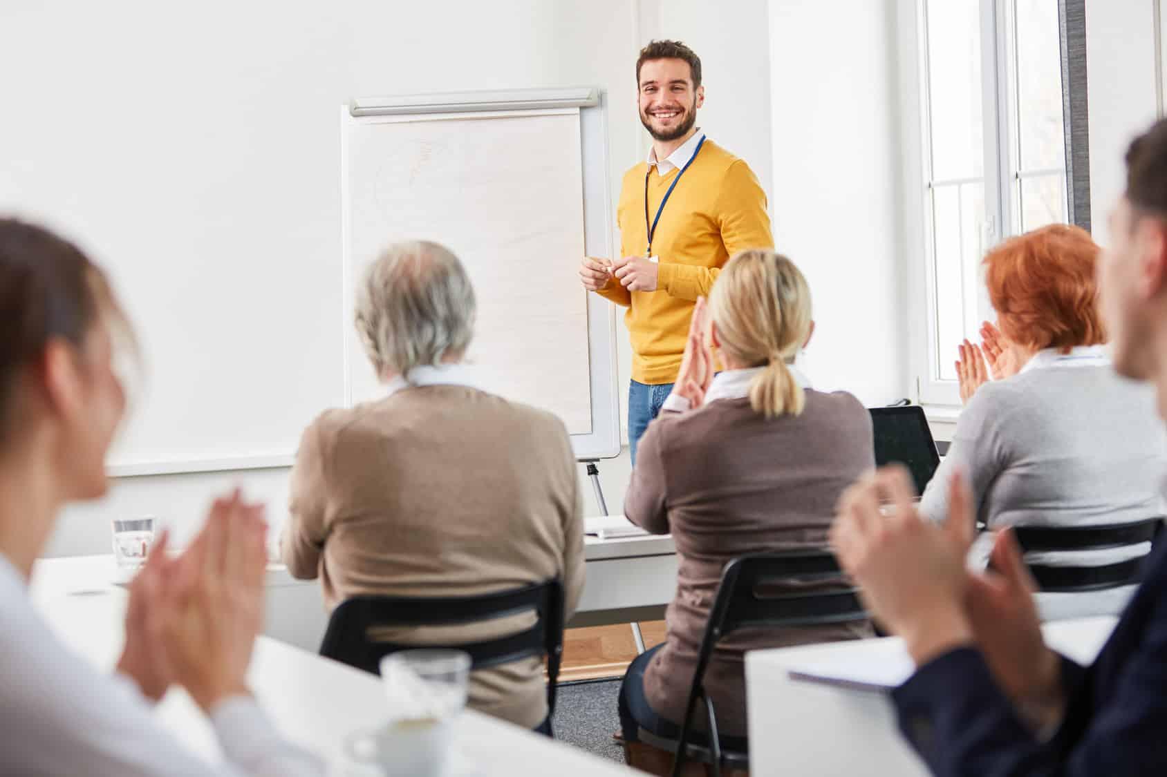 trener prowadzący szkolenie dla pracowników